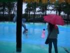 就算下雨也要玩水